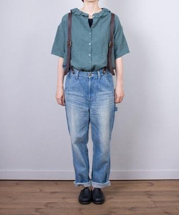 こちらは色違いのグリーン。スカートだけではなくパンツとも高相性なブラウスは1枚あるととっても便利です。デニムとサスペンダーで合わせてマニッシュに♪