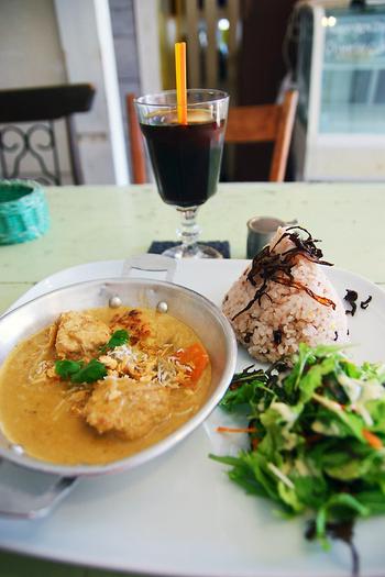 ココナッツの甘さの後にピリリとスパイスが押し寄せる人気のグリーンカレー。その他にも、カンボジアカレーやスパイスの効いたチキンの炒め物など、人気のランチは日替わりで色々選べます。