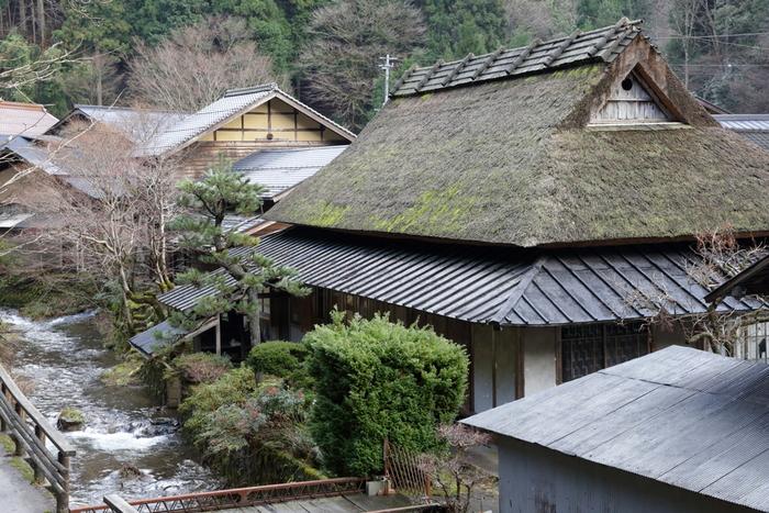 江戸時代は農業と炭焼き、明治時代は養蚕で栄えた板井原集落は「日本の山村集落の原風景」と評されており、鳥取県の伝統建造物群保存地区にも指定されています。昔ながらの山村集落の面影を色濃く残す板井原集落へ一歩足を踏み入れると、江戸時代にタイムスリップしたかのような気分を覚えます。