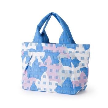 江戸時代の絵師・若冲の「桝目描き」をモチーフにしたテキスタイル「masume」のトートバッグ。カジュアルなカタチのトートバッグも伝統的なデザインなら浴衣にしっくり馴染みます。