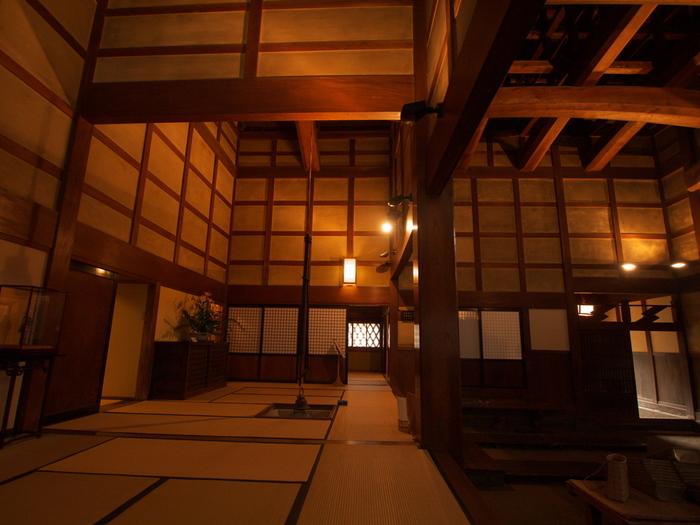 江戸時代に建設された石谷家住宅内には、40を超える部屋と7棟の土蔵が現存しています。14メートルの吹き抜け空間がある広間は、凝らされた良質な杉材などは、江戸時代の建築技術の高さを物語っています。