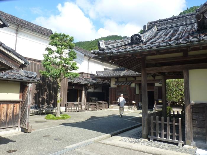 智頭宿にあるひときわ大きな屋敷、石谷家住宅は、江戸時代は豪商、明治時代以降は山林主として栄えた石谷家の邸宅です。