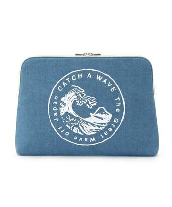 布製のクラッチバッグも和柄のデザインなら、浴衣にお似合いです。こちらは有名な浮世絵を、海外アーティストが描いたもの。藍色のようなデニム地と配色が和装との相性抜群。