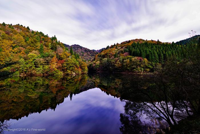 芦津渓谷に造られた三滝ダムでは素晴らしい眺望を臨むことができます。人造湖とは思えないほどの美しい三滝ダム湖が、周囲の雄大な自然を鏡のように映し出す様子は、まるで一枚の絵画のようです。
