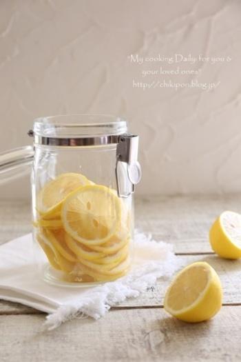国産のレモンとアカシアのはちみつで作るはちみつレモンは、ホットでもアイスでも美味しくいただけます。常備しておくと家族みんなの夏バテ対策として活躍してくれそう。