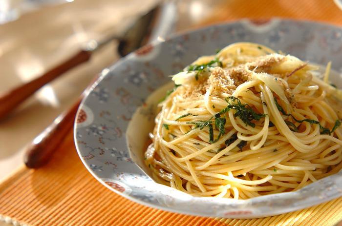 大葉とミョウガ、ジャコを使った和風パスタは、バターと醤油を使ってコクと旨味をプラス。仕上げにゴマを振りかけて、栄養価も◎