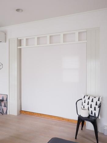 真っ白のロールスクリーンで間仕切りを。リビングに来客がある時や、冷暖房を効果的に効かせたい時にも便利ですね。