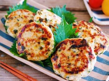 大葉はつくねに入れると本当に美味しいんです。鶏ささみを使って作る簡単つくねは、体にもお財布にも優しいおすすめメニュー。お好みでポン酢をかけても♪