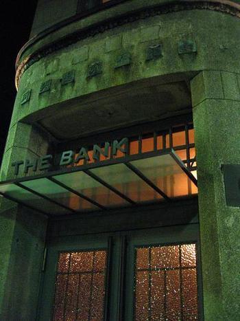 """古い銀行をリノベーション。鎌倉のバー""""THE BANK""""がとっても素敵"""