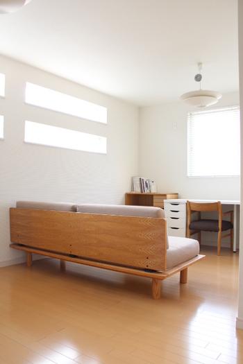 収納ではないですが、ソファでクローゼットなどの収納部分とワークスペースを間仕切りした例。 集中したいワークスペースは、間仕切り等でスペースを作るのもおすすめです。 ソファだと圧迫感もなく、部屋も広く見えますね。