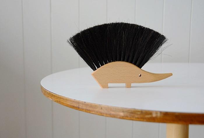 1936年創業のドイツの家庭用品メーカー・REDECKER製「テーブルブラシ」。はりねずみのフォルムは、同社製の「靴の泥落とし」でもおなじみ♪馬毛のブラシが、小気味よくごみを取り除いてくれます。