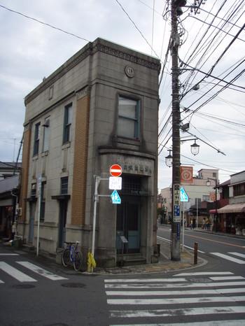 お昼の様子。レトロで趣のある建物は当時の銀行そのもの。
