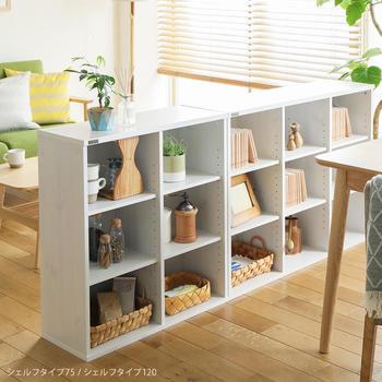 シェルフをダイニングとリビングの間仕切りとして使用。物もたくさん収納できるので、家具を部屋の中心部に置いても部屋がすっきり見えそうです。
