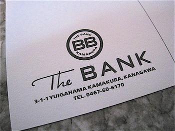お店のロゴ「BB」は、「BAR」と「BANK」のBをデザイン。お店にある小物やコースターなど、どれをとってもハイセンスです。
