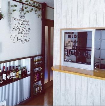 カウンターキッチンにパーテーションをつけてカフェ風に。小窓がついてオシャレですね。