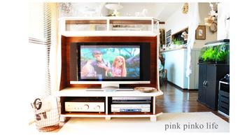 背面を板張りにし、上部にも収納をつけることにより、テレビボード台が間仕切りに。 壁に沿って置くことが一般のテレビの設置場所ですが、こんな置き方も良いですね。