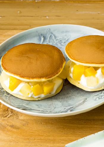 形はどら焼きですが、中身はヨーグルトクリームと白桃・黄桃の角切りをたっぷり挟んであります。柔らかくて香りの良い白桃と少し甘酸っぱい黄桃は、生地との相性もバッチリ。餡子が苦手な方への手土産にもオススメです。