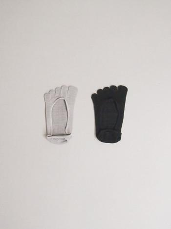 肌が触れる裏面側に絹を用いて、靴下の表面には伸縮性のある糸を使用。普通の靴下とは少し違った編み方で作られる特別な一足です。