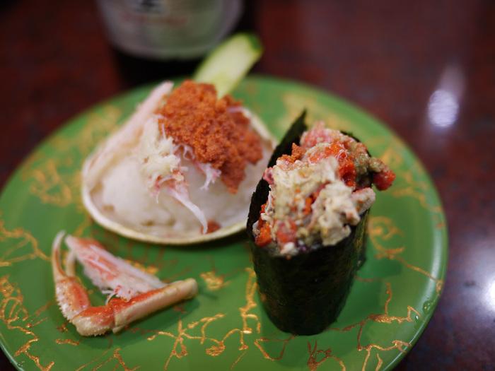 こちらは、看板商品の香箱蟹。のど黒炙りも絶品と評判です。ボリュームたっぷりの市場海鮮丼もオススメ。お財布にやさしい価格帯だからいっぱい食べられますね。