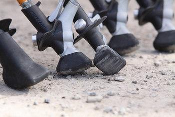 歩く動きに対応しやすいよう、先端の形状も工夫されています。このような靴の形に似た「シューズ型」のほか、突く向きを気にしなくていい平らな「フィット型」、安定感重視の「丸型」などがあります。