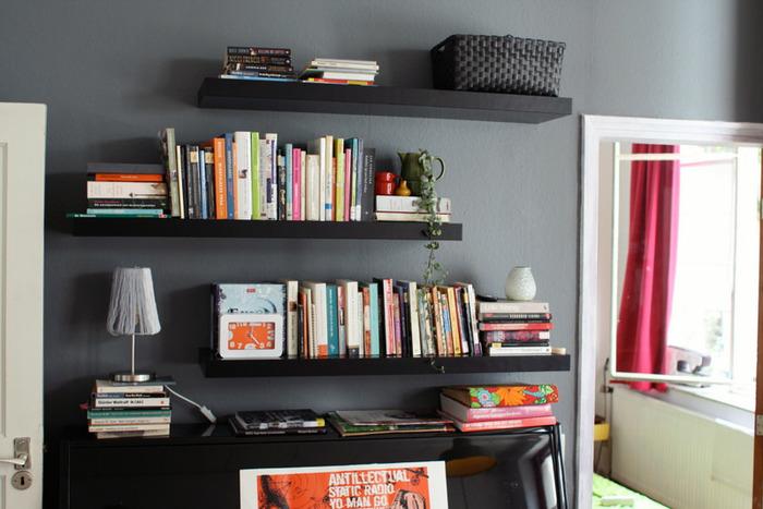 壁のチャコールグレーを活かした本棚。本の背表紙のカラフルな色合いで重さが軽減されていますね。ダーク系のグレーは、アクセントとして部分的に使うと大人の雰囲気漂うお部屋に仕上がります。