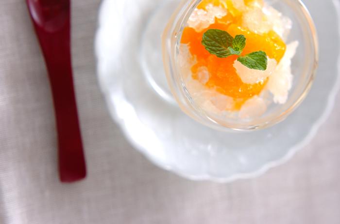 カクテルグラスなどにおしゃれに盛りつけても見映えが良いグラニテ。お手頃な缶詰を使って作ったとは思えませんね。もちろん、夏のひんやりおやつとしてもさっぱり美味しくいただけます。