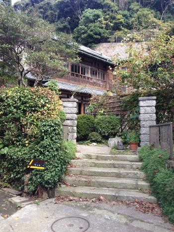 鎌倉のスパイスといえば、極楽寺の住宅街にある「アナン邸」!お店と言っても外観はなんとご覧のとおり立派な古民家なんです。
