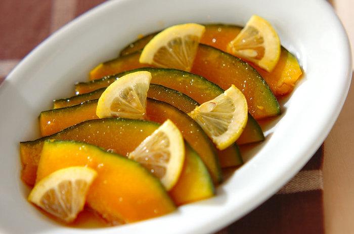 茹でたカボチャをレモン入りの漬け汁に漬け込んで作る「カボチャとレモンのあちゃら漬け」は、あっさりとした味に仕上がるうえに、ボリュームもあるので食欲のない日でも美味しくいただけそう。