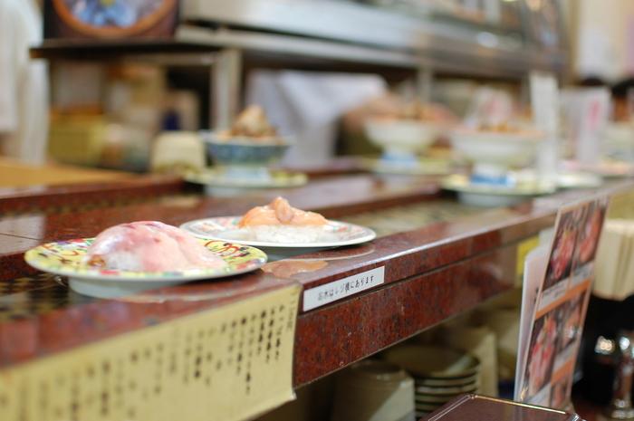 近江町市場から仕入れた新鮮な魚介を寿司職人が握ってくれる、活気のある回転寿司屋です。開店前から行列が出来る超人気店。それと、回転寿司のお店ですが、新鮮な状態でお寿司をお届けするため混雑時など時間によってレールがまわっていないのだそう。