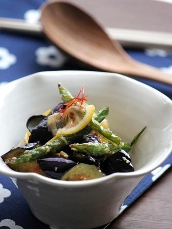 夏に食べたいエスニック料理。茄子といんげんの夏野菜をピリ辛のタレで合えた食欲をそそるレシピは、レモンを加えることで、より味に深みが増します。
