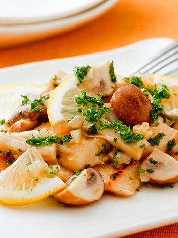 鶏肉やきのこと相性の良いレモンで作るさわやかで栄養も食べ応えもある「鶏とキノコの塩レモンソース煮」。ガーリックパウダー、パセリのみじん切りがさらに美味しさと見た目をアップしてくれます。