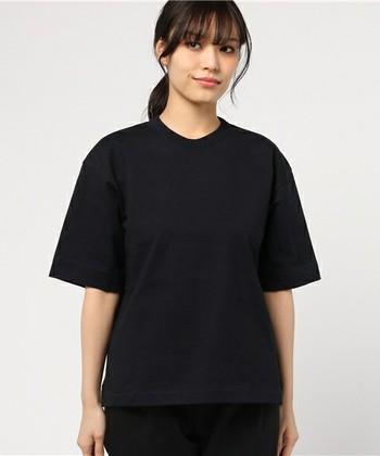 ハリのある厚手の生地と短め丈、長めの袖丈が今っぽい半袖Tシャツです。透け感も気にならないので、1枚でゆったり着ることができます。そして今買うならダークネイビーがオおすすめ。女性らしい上品さがあるので落ち着いた印象で着こなせます。