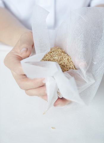 作りたい大きさのまりになるような量のもみ殻を和紙でくるみます。そのあと、和紙のまわりに木綿糸を何回もくるくると巻きつけ、まりの形を作ります。