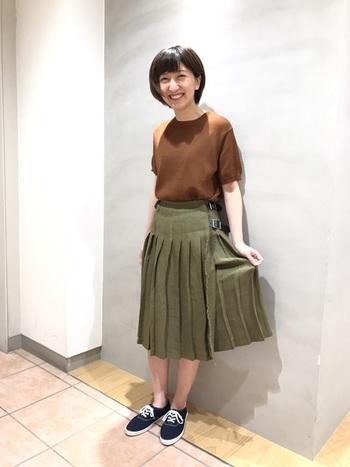 カーキのスカートは、ブラウン系の半袖Tシャツ、スニーカーと合わせてカジュアルに。アイテム自体はとてもシンプルですが、色の合わせ方がとてもオシャレな夏コーデですね。