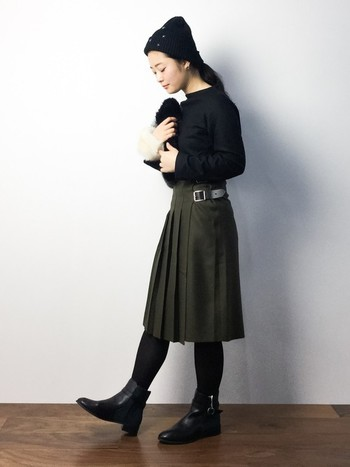 カーキのスカート以外を黒でまとめた、ブラックコーデです。全身を黒にすると重くなりすぎてしまうので、渋みのあるカーキカラーで冬手前の秋感を演出した着こなしに。