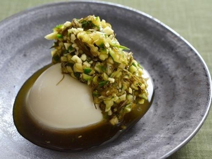 青じそやミョウガなど、香味野菜をだし風に味付けし、たれに見立てて豆腐の上に!香味野菜の風味が、豆腐のまろやかな味わいを一層引き立てます。