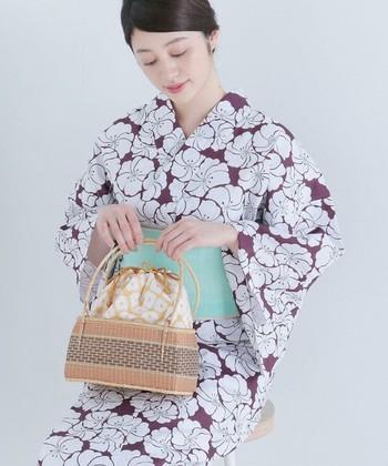 定番の竹かごバッグは、落ち着きのある浴衣と合わせて。華奢な持ち手が上品なイメージを演出してくれます。