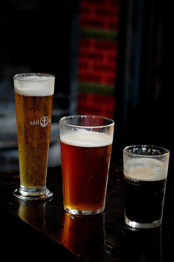 「クラフトビール」とは、小規模醸造で作られたビールのことを指します。日本の地ビールも同じカテゴリーにあたります。私たちが普段飲んでいる生ビールなどは「ラガービール」になります。
