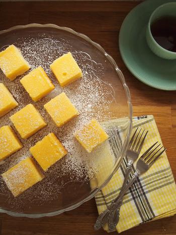 アメリカで定番のサクサクとした食感が楽しめる、クッキーとタルトを合わせたようなお菓子「レモンスクエア」。一口サイズで手軽に食べられるうえに見た目も可愛らしいので、夏のティータイムをよりさわやかにキュートに演出してくれます。