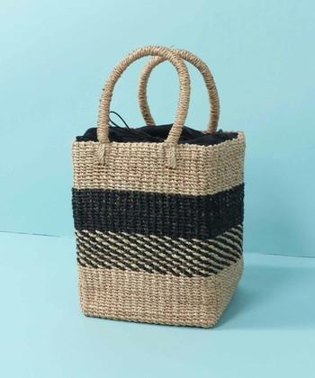 """普段のかごバッグで合わせるなら、落ち着いた配色と""""かっちり""""したボックス型がおすすめ。持ち手が大きくないものを選ぶのもポイントです。"""