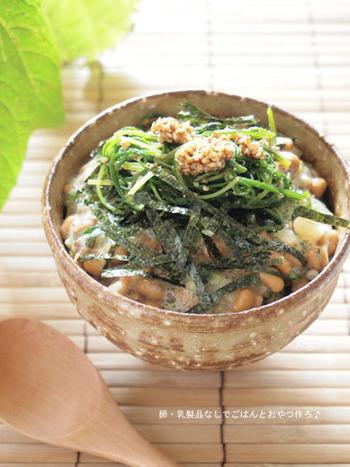 シャキシャキ野菜に、たっぷりの納豆とオクラで粘りのある「だし」をご飯にオン。食欲のない時でもさらっと食べられる一品で、いつの間にかお椀が空っぽに…♪