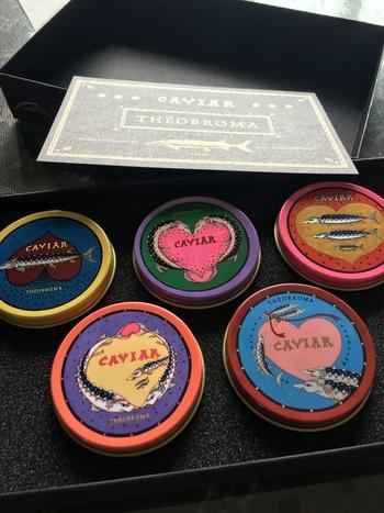 テオブロマといえばキャビアチョコが有名ですが、こちらは、15周年を記念して作られた歴代のキャビアをミニサイズで復刻したチョコ缶。画家の樋上公実子さんデザインしています。