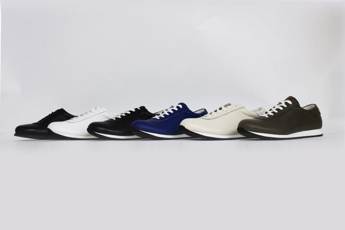 「blueover(ブルーオーバー)」は、日本国内の工場で少数生産でレザースニーカーをつくっているシューズブランド。 こだわりのレザー素材と日本の職人の丁寧な手作業によりつくられたスニーカーは、量産型のものにはない細部へのこだわりや履きやすさがあり、使い込むほどに感じる足へのフィット感が魅力です。