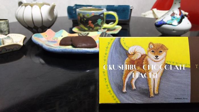 奥渋チョコレート・ハチという、ビターチョコレートクッキーにビターチョコレートをかけた大人のクッキーです。パッケージの可愛さに、思わず自分用に買ってしまいたくなります!
