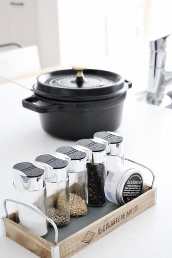 Seriaのプランタートレイを使ってキッチン用の収納も作れます。なかなかちょうどよいサイズがない塩コショウなどを置くスタンドも、自分好みで作れちゃうのが嬉しいですね。持ち手も付けて移動も楽々!