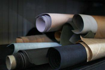 「surplus leather(サープラスレザー)」は、ブルーオーバーが手がける工場内で、どうしても発生する未使用品(デッドストック)革を利用した特別モデル。履き込むほどに足になじみ愛着が増していくその魅力をご紹介します。