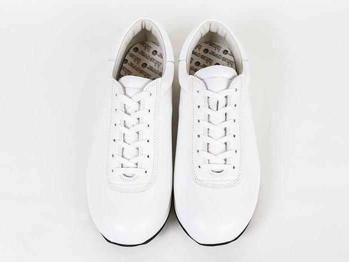 クリーンな印象のオールホワイトのスムースレザーの「マイキー」。時代を問わない普遍的な姿はオールシーズン使用できそう。どんなスタイルにも合わせやすく、男女問わず着用いただけるオールマイティさです。
