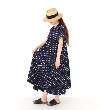 たっぷりとした裾が印象的なドット柄ワンピース。1枚でざっくり着るだけで、リラックスしたナチュラルコーディネートに。