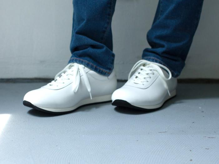 あえて洗いざらしのブルーデニムと合わせたくなる真っ白なレザースニーカー。足元に清潔感と清涼感を与えてくれます。
