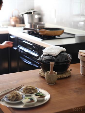 土鍋てご飯、というと火加減の調節がむずかしいもの。でも、こちらの土鍋は飯炊き専用の釜なので火加減調節は不要。吹きこぼれることもなく、ふっくら美味しいご飯に仕上がります。これは有り難いですね。